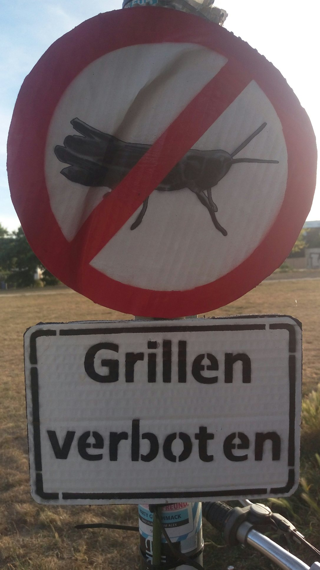 streetart berlin mauerpark grillen verboten schild