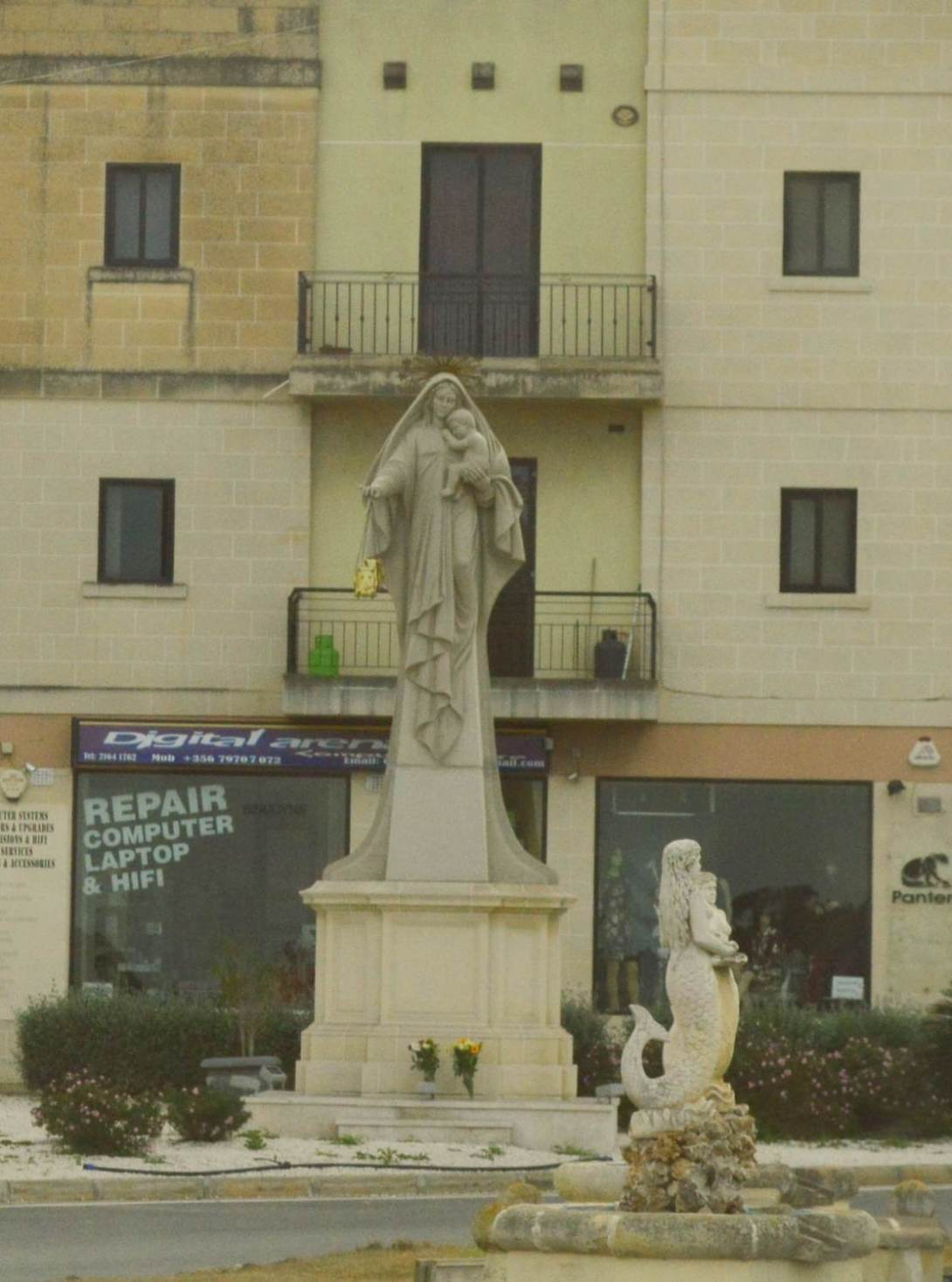 Kreisverkehr mit Maria auf Malta be kitschig blog