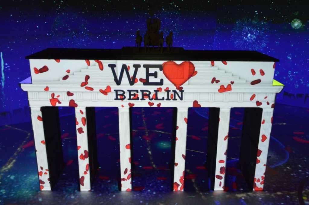 We Love Berlin Brandeburg Gate be kitschig blog