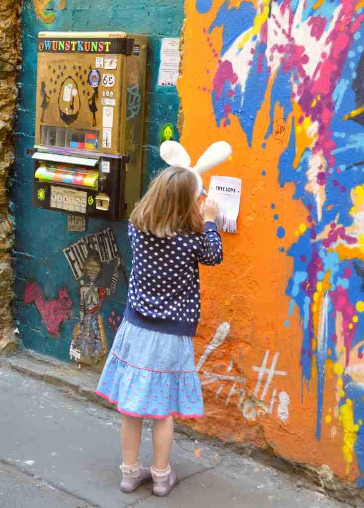 hackescher markt streetart berlin