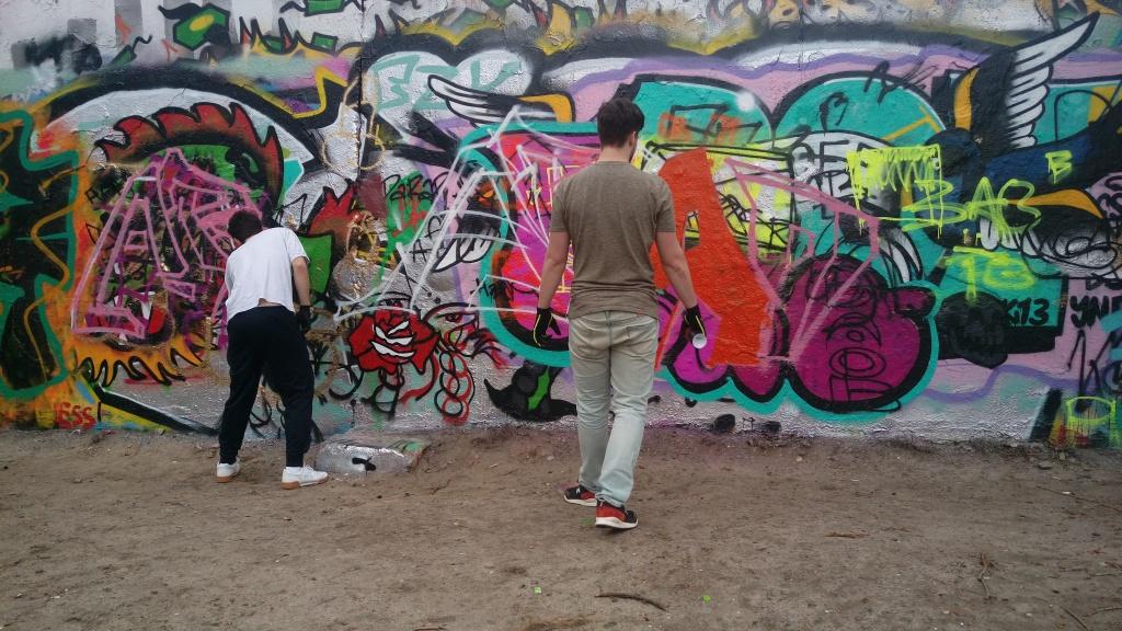 Man at work streetart mauerpark berlin